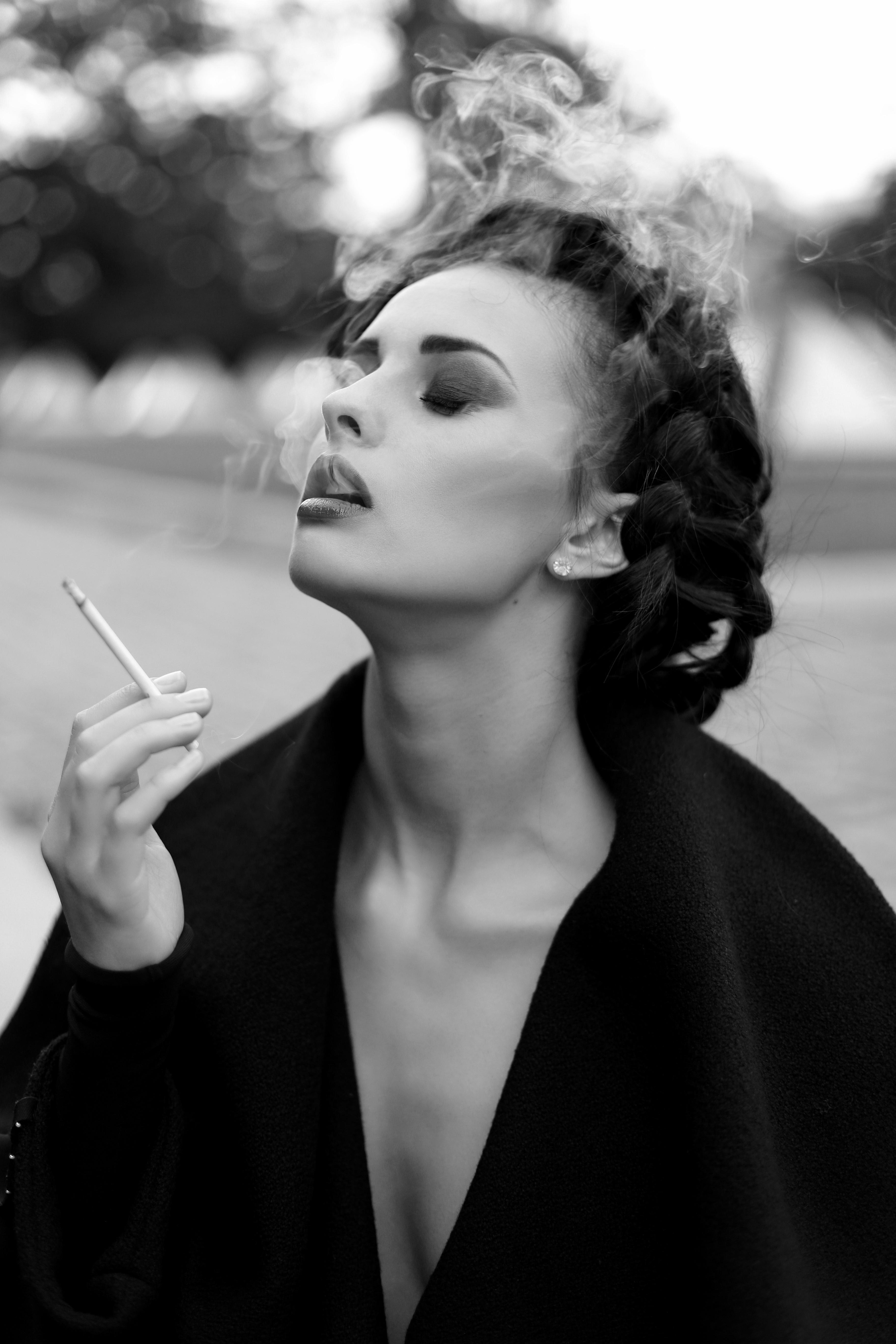 Картинки черно белые девушек с сигаретой