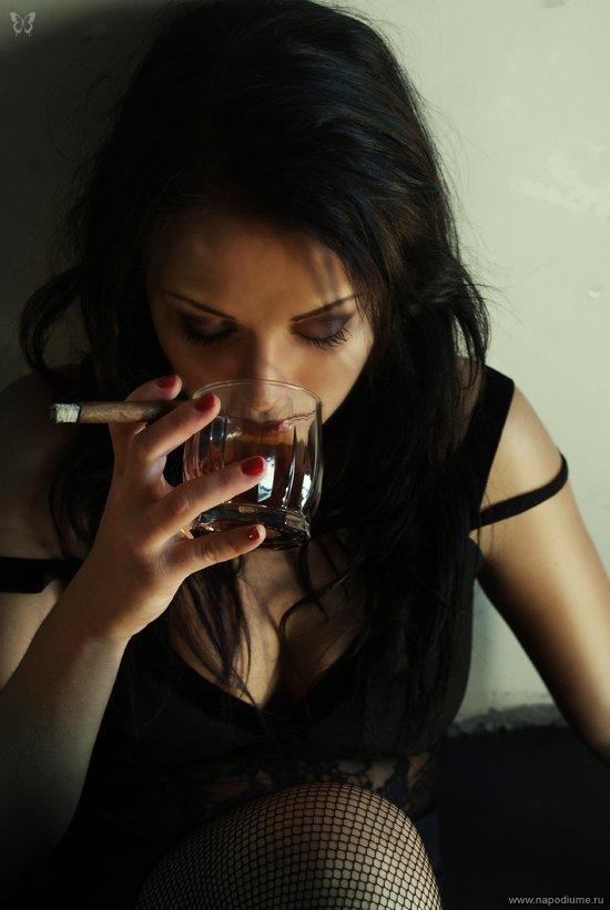 Картинка девушка плачет в бокал