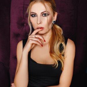 Elina Savustyanova picture