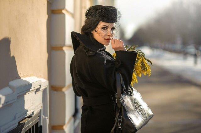 """Она несла в руках отвратительные, тревожные желтые цветы. Черт их знает, как их зовут, но они первые почему-то появляются в Москве. И эти цветы очень отчетливо выделялись на черном ее весеннем пальто  Фотопроект""""Мастер и Маргарита. Ph. Игорь Гребенюк"""