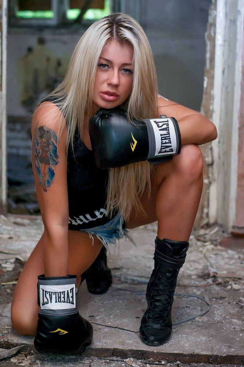 Боксерская перчатка, Блондинка, Бедра, Длинные волосы, Мышцы, Оборудование для бокса, Бокс, Татуировки
