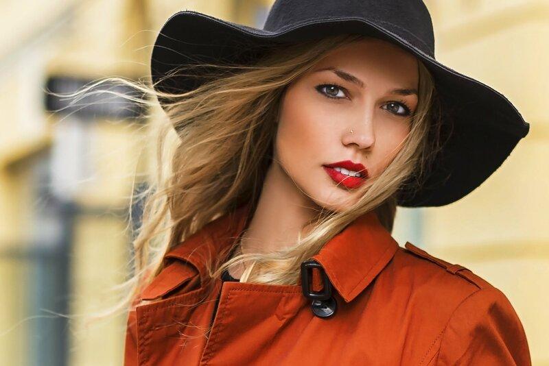 Губы, Одежда, Шляпа, Красота, Головные уборы, Шляпа, Модный аксессуар, Модели мода , Каштановые волосы